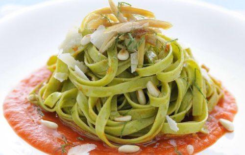 fettuccine-verdi-con-salsa-di-peperoni-e-pinoli