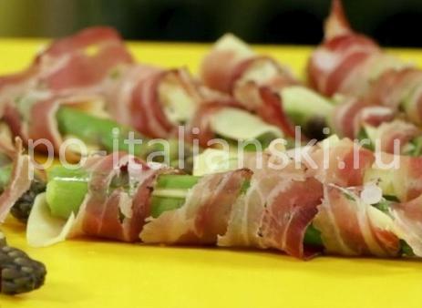 Запеченная спаржа с сыром асиаго и панчеттой