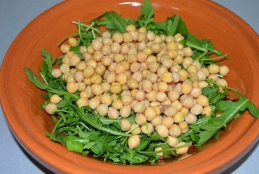 vkusnyj-salat-iz-rukkoly-2